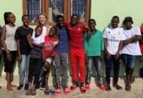 Adoptó a 14 niños huérfanos después de un viaje a África y solo tiene 26 años