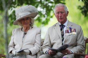 """Príncipe Carlos dice que él y su familia extrañan """"enormemente"""" a su padre, Felipe"""