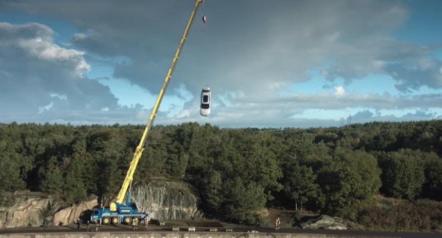 Reconocida marca lanza autos nuevos desde 30 metros de altura… y este es el resultado (VIDEO)