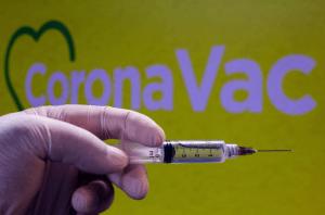 Coronavac y Pfizer perderían su eficacia contra casos sintomáticos, sugirió estudio chileno