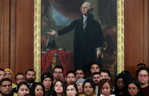 """Juez ordena a gobierno de EEUU que reinstaure protecciones para los """"Dreamers"""""""