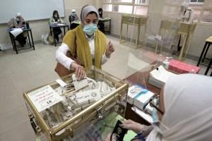 Kuwaitíes eligen un nuevo Parlamento en votaciones marcadas por la pandemia