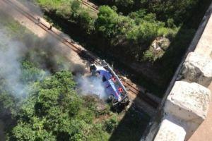 Al menos 14 muertos y 26 heridos tras caer autobús desde un elevado en Brasil