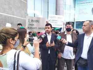 Exigen libertad plena de Roberto Enríquez, asilado en la embajada de Chile en Caracas