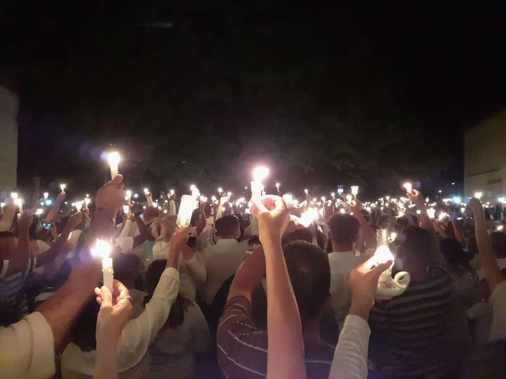 Con luces y oraciones, habitantes de Güiria lamentaron el trágico naufragio (Fotos)