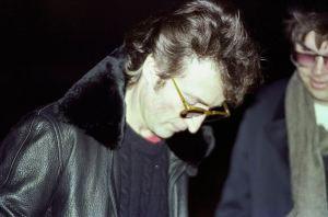 Fotos Históricas presenta: La penúltima foto de Lennon junto al idiota que le disparó hace 40 años