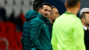 Arbitro acusado de racismo en la Champions vuelve a dirigir un partido en medio de las criticas