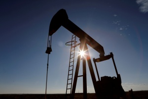Petróleo se beneficia de dólar débil y se aproxima a máximos recientes