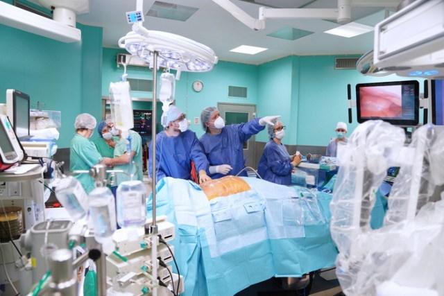 Resultado de imagen para robot extirpa con exito un tumor maligno por primera vez en la medicina
