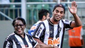 Luto en el fútbol brasileño: Murió la madre de Ronaldinho por coronavirus