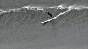 """La increíble historia del hombre que surfeó un tsunami: """"Pensé que sería la última ola de mi vida"""""""
