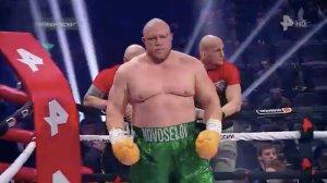 Debutó en el boxeo con nocaut el polémico luchador ruso que estuvo preso 14 años (Video)