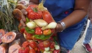 La venta de combos de verduras son la salvación de los larenses