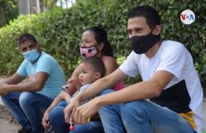 Entre la duda y la esperanza, inmigrantes venezolanos esperan la vacuna en Cúcuta (Video)