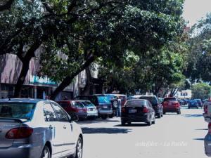 De parqueros se llenan las calles de Caracas ante la debacle laboral en Venezuela