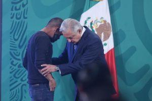 Un hombre se cuela en el Palacio Nacional de México y habla con López Obrador