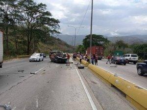 Reportaron al menos un fallecido tras aparatoso accidente en Carabobo (FOTO)