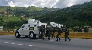 La GNB realizó ejercicios militares trancando la autopista Gran Mariscal de Ayacucho en homenaje a Hugo Chávez #6Mar (Fotos)