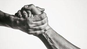 ¿Por qué un apretón de manos puede revelar el estado de la salud mental de un hombre?