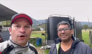 Director de Migración Colombia se accidentó en moto... pero un venezolano lo auxilió (VIDEO)