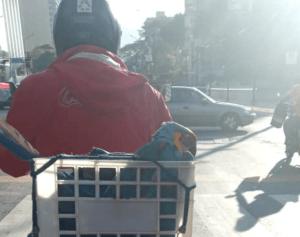 Saab liberó tras malentendido a motorizado que auxiliaba una guacamaya