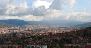 Incendios en Colombia y Venezuela afectan la calidad del aire de Medellín