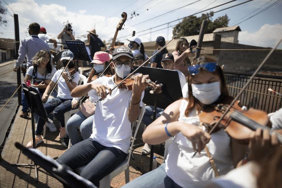 AP: Orquesta móvil intenta traer alegría a las calles venezolanas