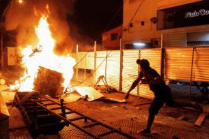 Al menos un muerto tras incendiarios disturbios contra Abdo Benítez en Paraguay (Fotos)