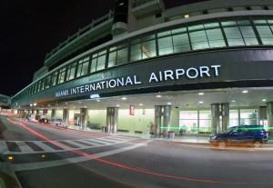Miles de pasajeros varados por cancelación de vuelos en el Aeropuerto de Miami