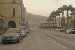 Residentes de la isla San Vicente se despiertan con calles cubiertas de ceniza y volcán rugiendo