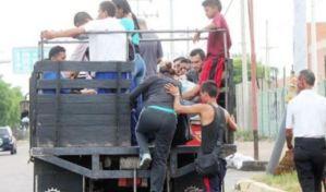 ¡ENCARAMADOS! Marabinos sin transporte se trasladan hasta en maletas de carros (Fotos)
