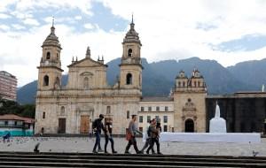 Colombia enfrenta un primer fin de semana confinada por tercera ola de Covid-19