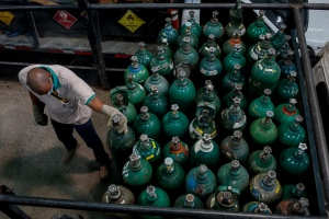 """""""Ruego a Dios que aún esté respirando"""": Calvario por oxígeno para enfermos de coronavirus en Venezuela"""