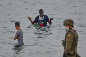 España envió de vuelta a Marruecos a más de 2 mil migrantes que entraron en Ceuta