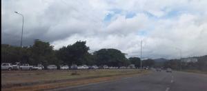 Colas kilométricas de carros se formaron en Táchira por disminución en el despacho de gasolina
