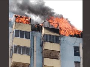 En Imágenes: Incendio de gran magnitud consumió penthouse de una residencia en Lara