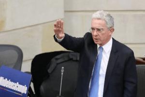 "Álvaro Uribe acusa de ""chavista"" a Gustavo Petro: Insulta, pero a distancia"