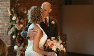 ¡Conmovedor! Sufre alzheimer, volvió a enamorarse de su mujer y se casó con ella una segunda vez (Fotos)