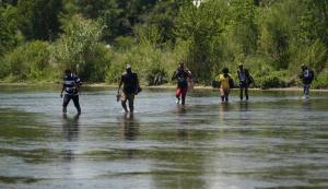 Desarraigados nuevamente: Migrantes venezolanos cruzan la frontera de EEUU en masa