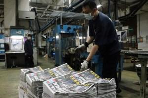 Diario prodemocracia de Hong Kong publica edición desafiante tras allanamiento