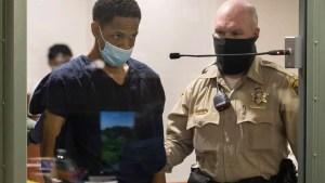 Captan EN VIDEO a un presunto homicida cuando le arrebata la pistola a una policía en pleno interrogatorio