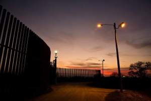 Gobernador de Texas afirmó qué financiará el muro fronterizo