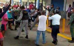 Conductores protestaron contra abusos de la GNB en estación de servicio de Chichiriviche este #16Jun (Video)