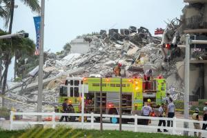 Al menos un muerto al derrumbarse un edificio de apartamentos en Miami