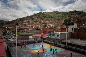 En Caracas, la tregua a la violencia se llama baloncesto