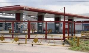 Desconocidos llegaron en lanchas e incendiaron estación de servicio en el Zulia (VIDEO)