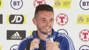 """Jugador de la selección escocesa se une al lío de las bebidas patrocinadoras: """"¿No hay Coca Cola?"""""""