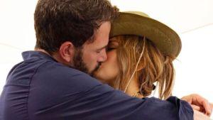 Jennifer Lopez y Ben Affleck llaman la atención mientras el romance se calienta