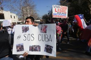 Simpatizantes del régimen y migrantes cubanos se cayeron a golpes frente a la embajada de Cuba en Chile #16Jul (VIDEO)