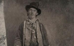 """Se cumplen 140 de la muerte de Billy """"the Kid"""": Un balazo en la oscuridad y la increíble FOTO con el sheriff que le disparó"""